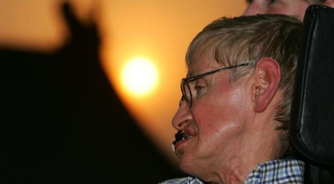 Qué es la Esclerosis Lateral Amiotrófica y cómo Stephen Hawking logró sobrevivir a ella pese a que los médicos le dieron sólo 2 años de vida