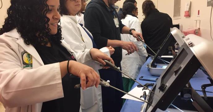 Médicos residentes aprenden nueva técnica quirúrgica menos invasiva