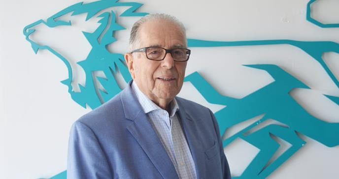 Dr. Raúl Arsmtrong a sus 90 años sigue en la práctica de la medicina y en la academia