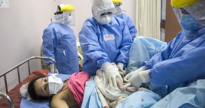 Expertos advierten que medidas de la OMS sobre partos podrían causar 56.700 muertes maternas adicionales