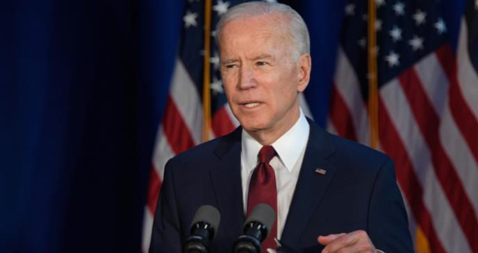Biden firma decreto para obligar el uso de mascarillas en agencias federales