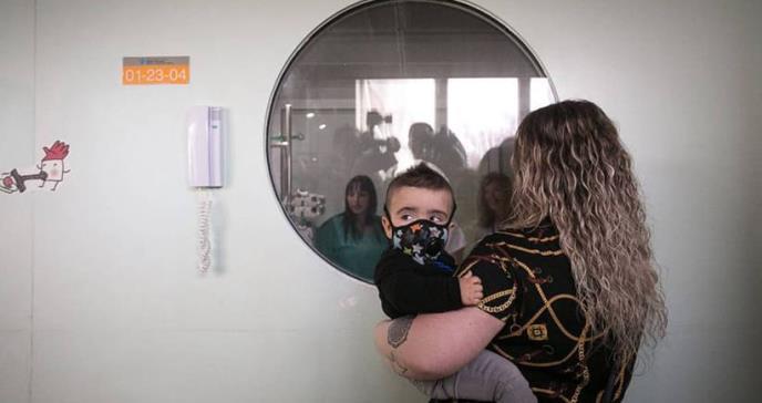 Curado el primer 'niño burbuja' detectado en Cataluña con la prueba del talón