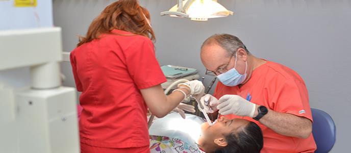 Un dentista comprometido con el servicio hacia los más necesitados