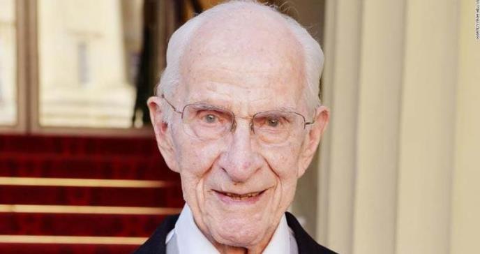 Doctor de 106 años sigue en la práctica de la medicina