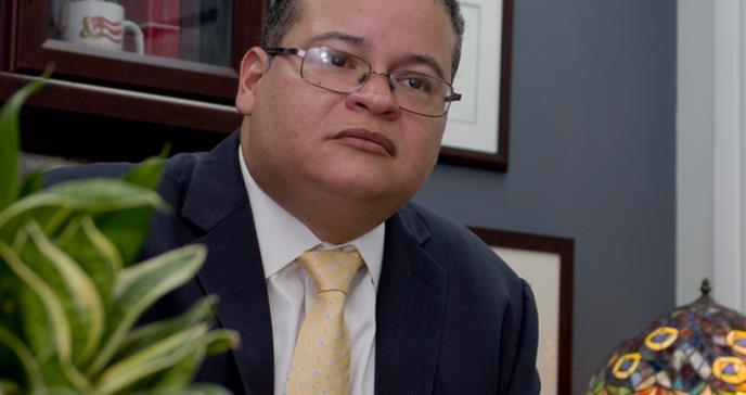 """Dr. Víctor Ramos: """"no hay razón para exponer a nuestros médicos jóvenes"""""""