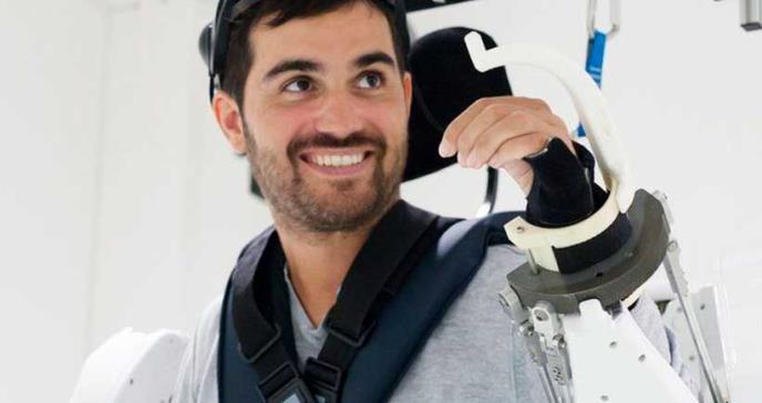 Innovador exoesqueleto ayuda a caminar con estímulos mentales a hombre paralítico