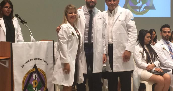 Futuros especialistas en medicina dental estrenan sus batas blancas