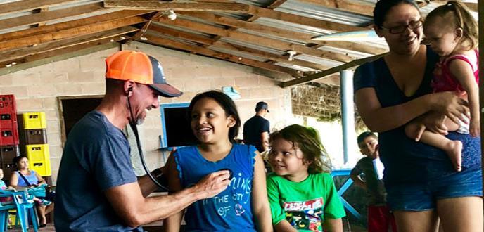 La población infantil de El Cuco se ha convertido en la misión de este pediatra