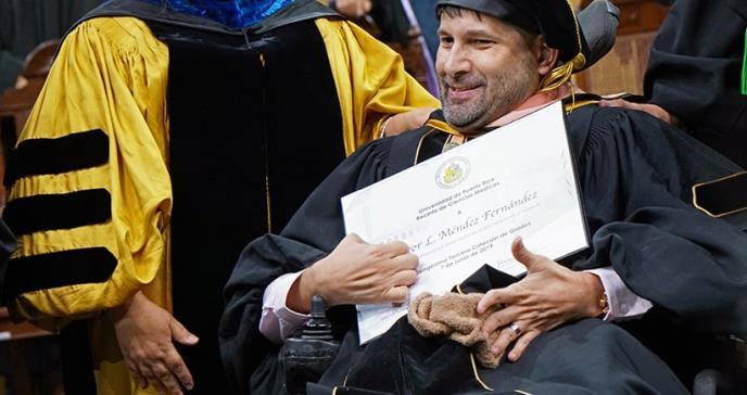 Paciente de perlesía cerebral con ataxia y atetoide obtiene doctorado en Salud Pública