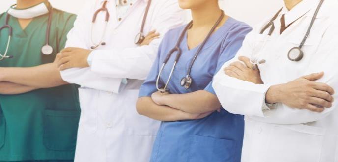 Médicos dominicanos buscan insertarse al mercado laboral