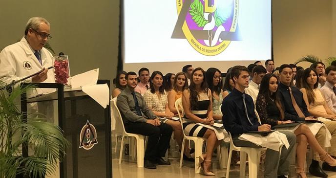 Nueva generación de estudiantes de medicina estrenan sus batas blancas