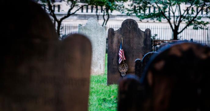 Nueva York utiliza fosas comunes por el aumento de fallecidos de COVID-19
