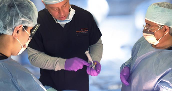 Piernas que vuelven a caminar gracias a las manos del ortopeda Norberto Báez