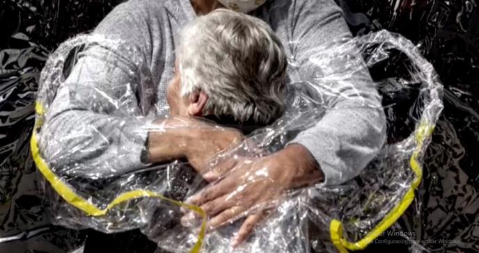 Los abrazos impactantes de la pandemia, imagen del año en World Press Photo