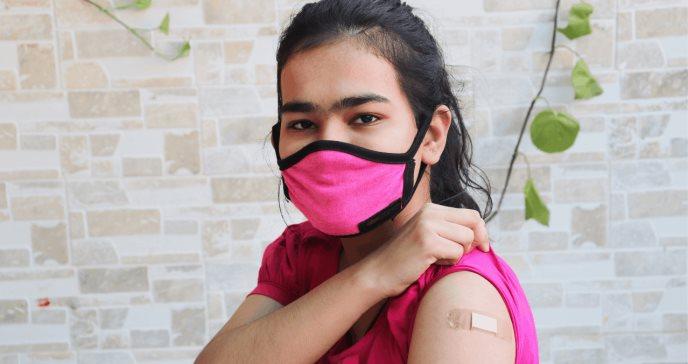 Qué sabemos sobre los contagios de la covid-19 en jóvenes y cómo frenarlos