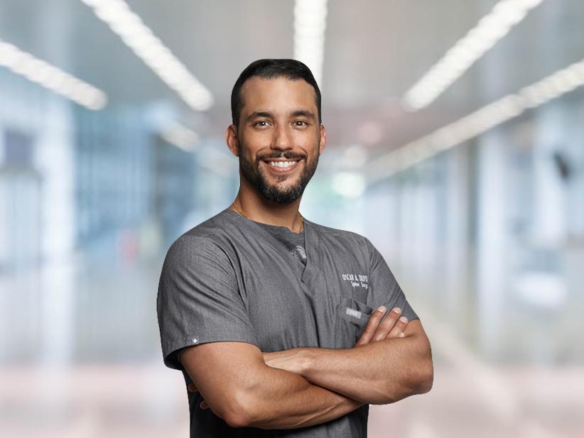 Doctor Oscar Duyos García, cirujano ortopeda, subespecialista en cirugía del Centro Médico Menonita de Cayey.